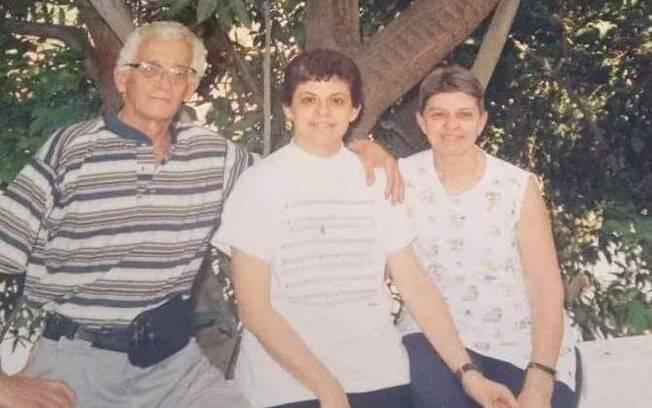 Wania Setti entre o pai, Sidinei, e a mãe, Marly: família viveu o mal de Alzheimer com muito carinho e compreensão