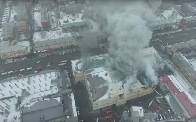 Incêndio ocorreu no shopping Winter Cherry, no complexo comercial Zimnyaya Vishnya, na Sibéria, na noite deste domingo