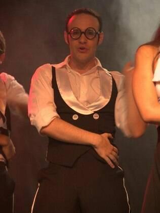 O ex-tímido Paulo Grossi cantando e dançando nos palcos: aulas de canto e dança ajudaram