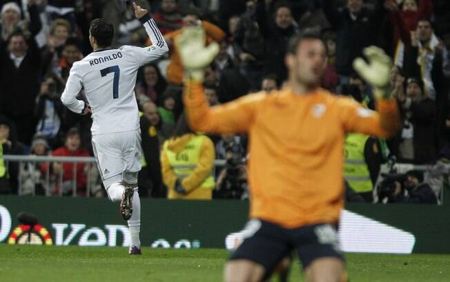 Cristiano Ronaldo comemora um dos três gols  que marcou na vitória por 4 a 1 sobre o Sevilla  neste sábado