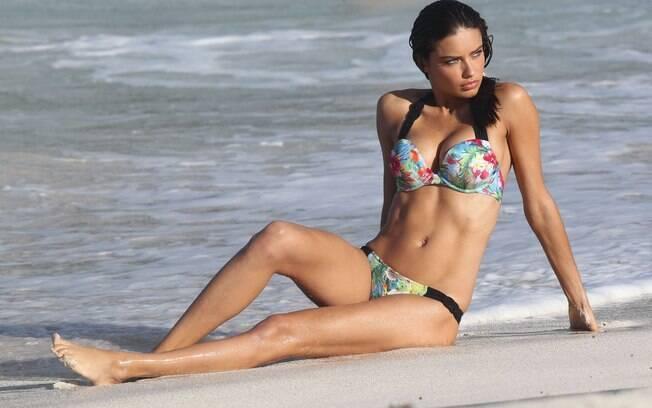 Adriana Lima posa sensual na St. Barths, no Caribe