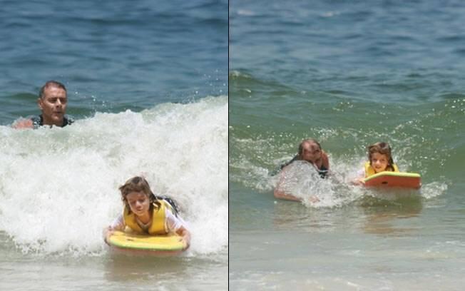 Mário Gomes ensina o filho a surfar em praia na Barra da Tijuca, no Rio de Janeiro