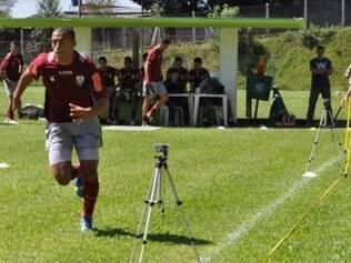 Vitor Hugo corre no campo: zagueiro promete estar pronto para a Série B