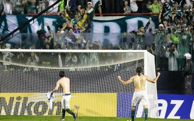 Valdivia (esq) e Barcos comemoram a  classificação com a torcida do Palmeiras