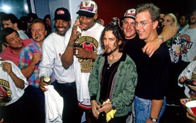 Vedder também é visto com frequência em jogos  do Chicago Bulls e já até chegou a fazer parte da  festa do título