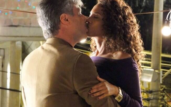 Otto tasca um beijão em Penha pela primeira vez