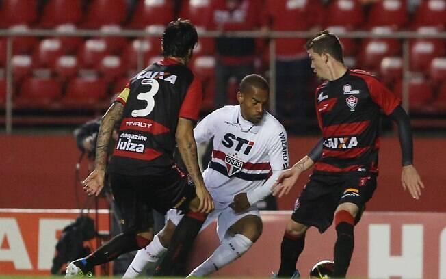 Ademilson foi titular do São Paulo contra o Vitória e deve encarar o Cruzeiro