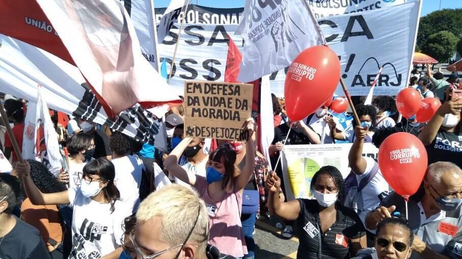 Manifestantes no centro do Rio de Janeiro pedem o impeachment do presidente Jair Bolsonaro