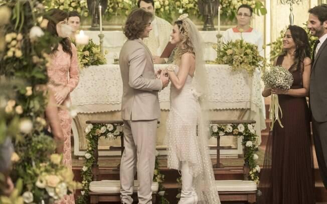 Manu e João, de 'Verão 90', da Rede Globo, vão se casar em uma igreja decorada com flores brancas e um arco de folhas