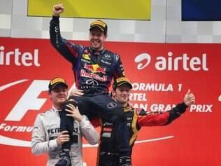 Tetracampeão, Vettel é carregado por Nico Rosberg e Romain Grosjean