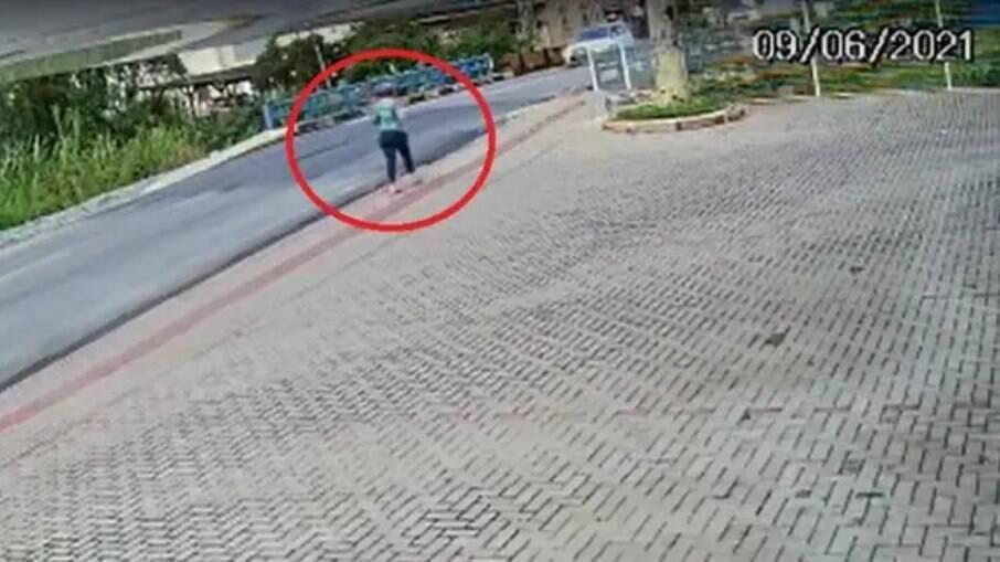 Mulher precisou da ajuda dos pedestres para sair do local do acidente