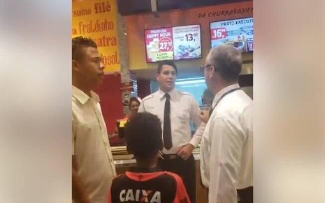 Segurança de shopping em Salvador (BA) tentou impedir que cliente pagasse almoço para criança e afirmou que estava apenas
