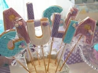 Formar o nome do aniversariante com cookies em formato de letras é um detalhe que enriquece a decoração da festa