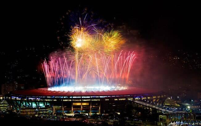 Fogos de artifício explodem na cobertura do estádio do Maracanã, marcando o fim da Copa do Mundo de 2014