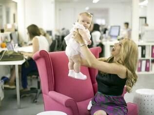 Jennifer Fleiss, cofundadora da Rent the Runway, brinca com a filha Daniella no escritório da empresa