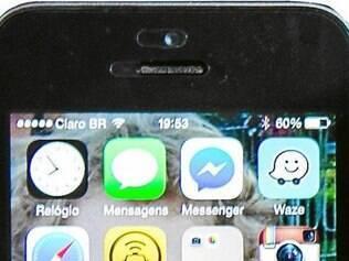 """Trabalho - """"No meu celular tem 1700 nomes, além de não sei quantos aplicativos. É uma ferramenta de trabalho, com ele estou conectado com o mundo, mas uma coisa que fiz foi tirar o plim-plim!"""""""