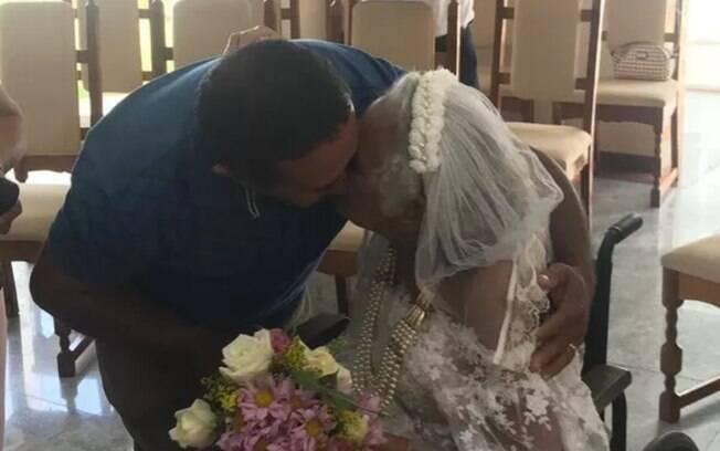 Idosa de 81 anos em fase terminal de câncer se casa em hospital após 23 anos de união
