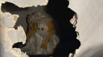 Morador encontra boneca com recado macabro na parede