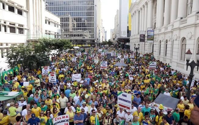 Em Curitiba, cerca de 40 mil pessoas foram às ruas contra governo de Dilma Rousseff (12/04/2015)