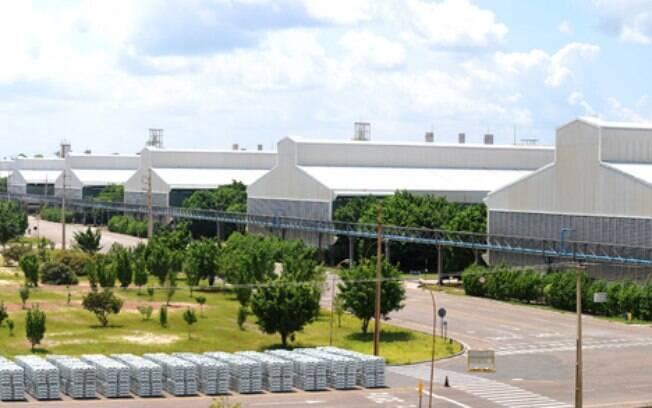 Trabalhar na produção de alumínio. Foto: Reprodução/site Albrás