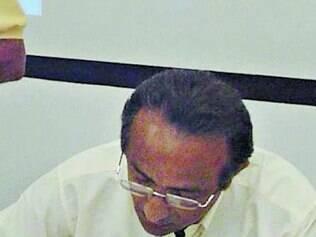 Geraldo assina cópias de seu livro em evento