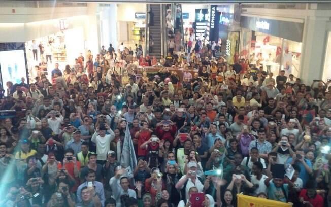 Inglês também mostrou em sua página no  Twitter foto da multidão que se reuniu para a  sessão de autógrafos