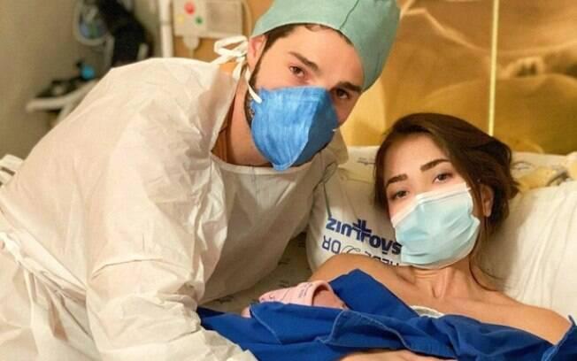Alok e Romana com a bebê recém-nascida