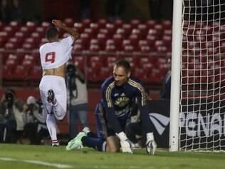 Luis Fabiano abriu o placar para o São Paulo e foi mais uma vez decisivo nesta reta final