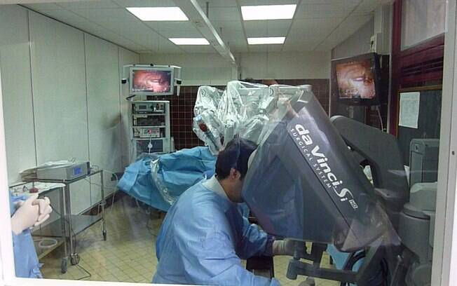 Mesmo cirurgiões altamente treinados apresentam pequenos tremores quando operam em campos reduzidos; robôs podem eliminar esse problema