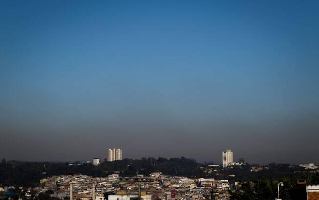 Forte camada de poluição encobre São Paulo, com céu limpo e sem previsão de chuvas