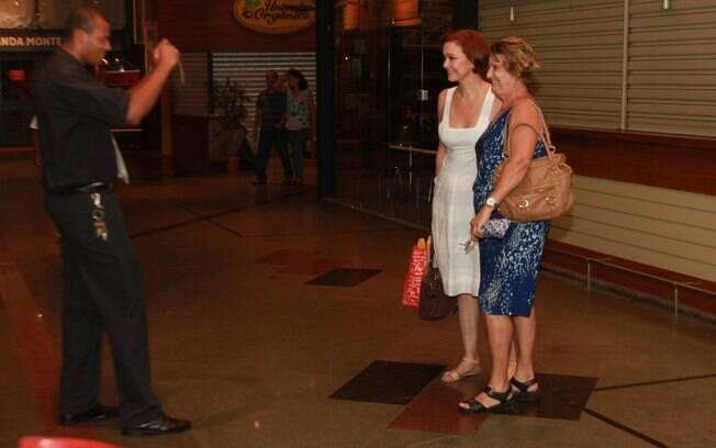 Júlia Lemmertz posou para fotos com fãs após apresentação de