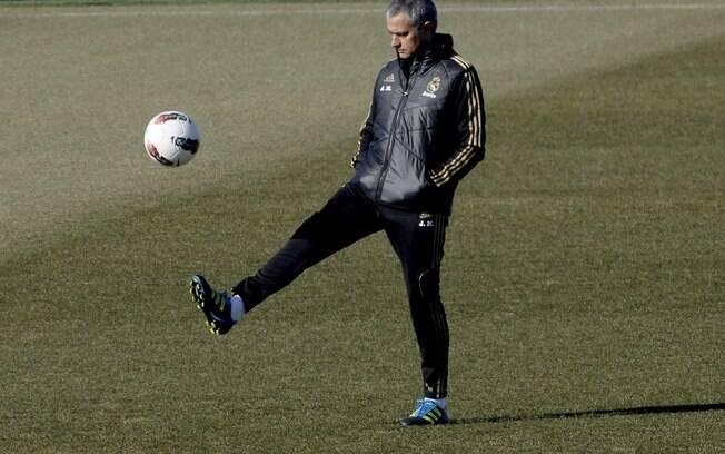 Técnico José Mourinho também deu seus chutes  em campo