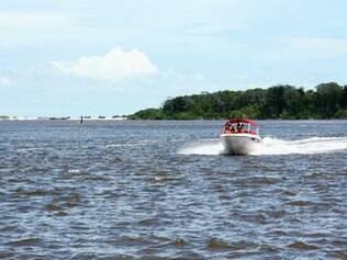 Passeio de voadeira pelo rio Preguiças leva ao encontro do rio com o mar