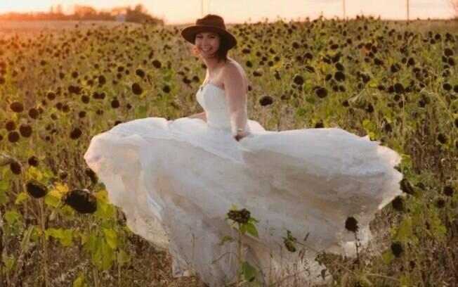 Em 2019, Vanessa usou o vestido de noiva em um campo de girassóis e pediu que o atual namorado registrasse o momento