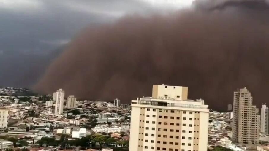 Tempestade de areia neste domingo (26) em Franca, SP