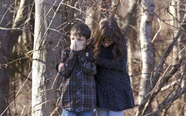 Crianças aguardam do lado de fora da Escola Elementar Sandy, em Newtown, Connecticut, onde ocorreu o ataque