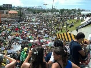 Manifestantes cercam o estádio Castelão, em Fortaleza, que receberá Brasil e México nesta quarta-feira