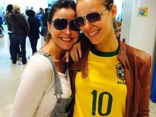 Paolla Oliveira teve bom humor na espera no aeroporto