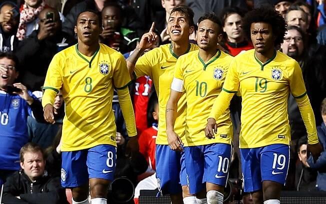 Ao lado dos companheiros, Firmino comemora o gol da vitória do Brasil sobre o Chile