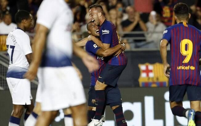 Arthur celebra seu gol com o brasileiro Rafinha
