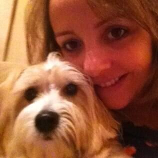 Gabi, cadela de Cynthia, passa remédios frequentemente para não pegar carrapatos