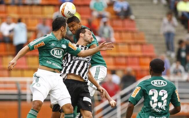 Edu Dracena disputa bola pelo alto com  jogadores do Palmeiras