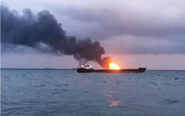 Dois navios enfrentaram incêndio nesta segunda-feira (21), na região da Crimeia