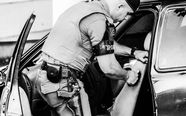 A revista dos veículos suspeitos é minuciosa e inclui: motor, interior, exterior, parte inferior, rodas  e porta-malas