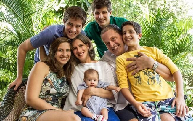 Eduardo Campos ao lado da mulher Renata e dos filhos Maria Eduarda, João, Pedro, José e Miguel