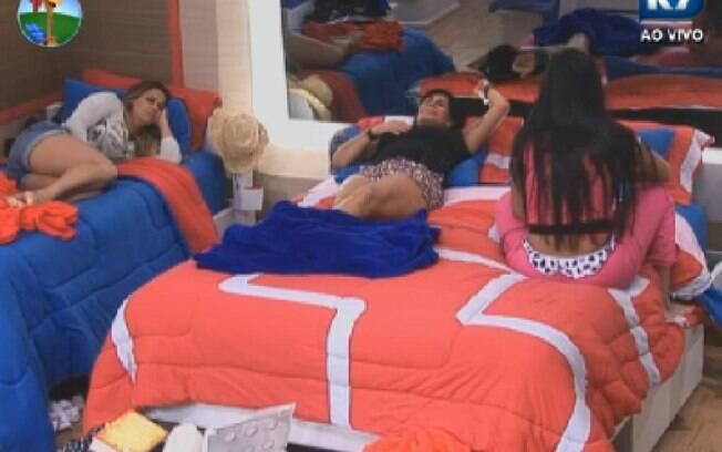Gretchen, Shayene Cesário e Viviane Araújo conversam no quarto