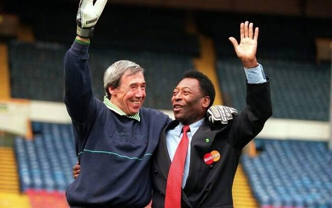Pelé ao lado de Gordon Branks no estádio de Wembley, em 2000. Goleiro inglês fez defesa incrível em cabeceio de Pelé na Copa de 1970. Foto: Getty Images