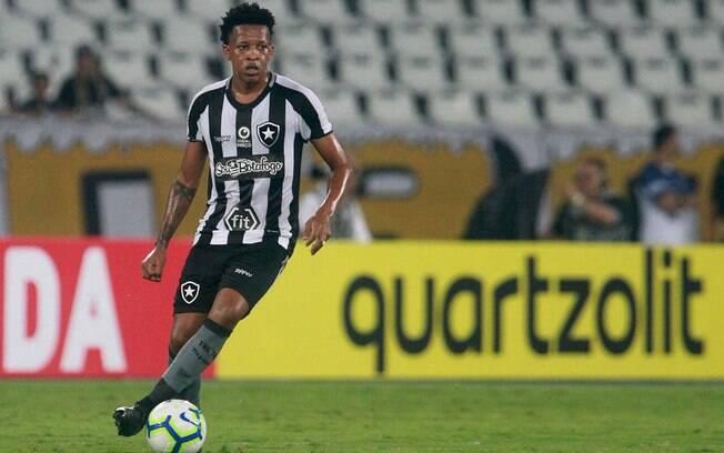 Bochecha, do Botafogo, foi alvo de racismo de torcedor do Juventude.