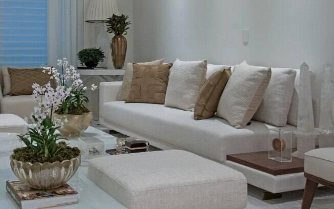 Adotar almofadas no sofá é uma das medidas para deixar a sala de estar mais confortável, aconchegante e agradável
