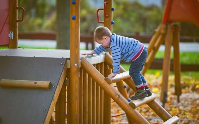 Uma mãe achou perigoso uma criança de oito anos brincar sozinha no parque, sem acompanhamento de um responsável